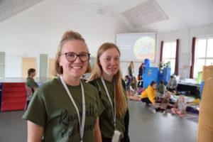 Anna Parikan ja Anna Ihalaisen johdolla lastenohjelman ilme oli iloinen. Taustalla lapset pötköttelevät päivän päätteeksi aikuisten silitellessä lasten selkää pensselillä.